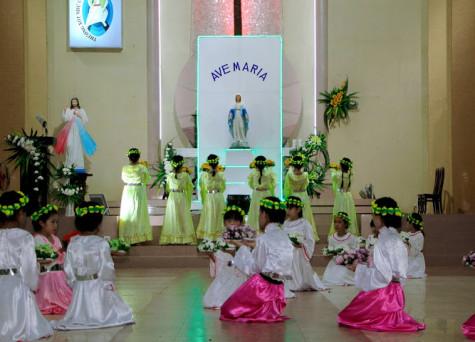 Tin ảnh: Giới Thiếu Nhi Giáo xứ Hữu Phước dâng hoa kính Đức Mẹ - kết thúc tháng hoa