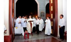Giáo xứ Chánh Tòa Bà  Rịa:  Đức cha Phó Emmanuel cử hành Đêm Vọng Phục sinh 2017