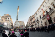Đức Thánh Cha cầu nguyện trước tượng đài Đức Mẹ Vô Nhiễm