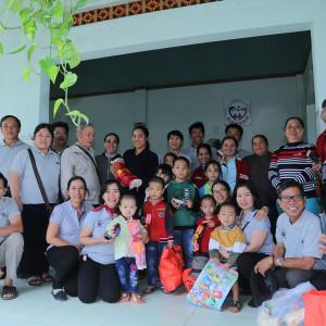 Giới trẻ Huynh đoàn Đaminh Giáo phận Bà Rịa: Chia sẻ niềm vui Giáng sinh với các cụ già neo đơn và trẻ em mồ côi, khuyết tật