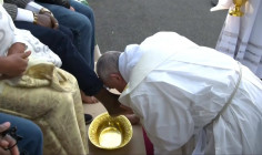 VIDEO: Thánh lễ tiệc ly tại Vatican: Đức Giáo Hoàng rửa chân cho 12 người tị nạn