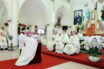 Nghi thức nhận Sứ vụ Chính tòa Giáo phận Vinh của Đức Cha Alphongso Nguyễn Hữu Long