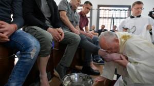 ĐTC viếng thăm nhà tù, cử hành thánh lễ rửa chân