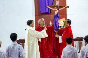 Đức cha Emmanuel cử hành Phụng vụ thứ Sáu Tuần Thánh tại Giáo họ Hòa Vinh
