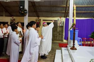 Giáo họ Hòa Vinh: Đức cha Emmanuel cử hành Canh thức Vượt Qua