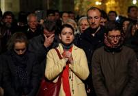 Phép lạ nhãn tiền: Nhà thờ Đức Bà Paris được cứu khi hàng ngàn người đổ xô đến cầu nguyện