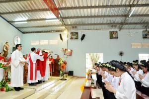 Gx. Suối Rao: Đức Cha Emmanuel ban Bí tích Thêm Sức cho 49 em thiếu nhi
