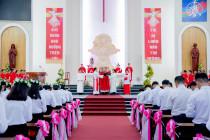 Tin Ảnh: GHBL. Phú Vinh: Thánh lễ ban Bí tích Thêm sức- Ngày 17.7.2020