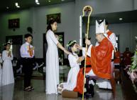Gx. Vinh Châu: Đức Cha Emmanuel ban Bí tích Thêm sức cho 93 em thiếu nhi