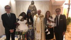 Đức Thánh cha ban phép Rửa tội cho hai bé gái song sinh dính liền