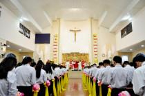 Gx. Hải Lâm: Đức Cha Emmanuel ban Bí Tích Thêm Sức cho 277 thiếu nhi trong giáo xứ