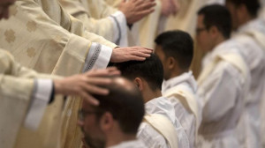 Nhờ người mẹ can đảm từ chối phá thai, hai con sinh đôi làm linh mục