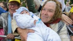 ĐTC tặng hình cầu nguyện có hình hai bà cháu người Rumani