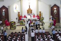Tin ảnh: Gx. Thiện Phước: Đức Cha Emmanuel ban Bí tích Thêm sức cho 52 thiếu nhi