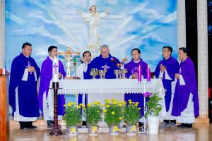 Gx. Sơn Bình: Đức Cha Emmanuel dâng lễ cầu cho các linh hồn