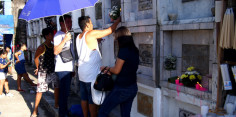 Người Philippines lên mạng thay vì đến nghĩa trang trong ngày lễ Các Đẳng Linh Hồn năm nay