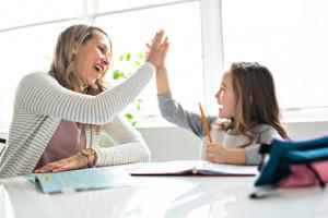 Cách khích lệ con cái mà không quá nuông chiều cái tôi của chúng