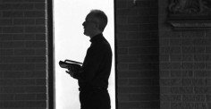 Một thoáng nghĩ về nỗi cô đơn đời linh mục
