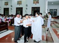 Tin Ảnh: Gx. Vinh Châu: 9 anh chị em Dự Tòng lãnh nhận các bí tích Khai Tâm Kittô Giáo