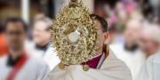 Tại sao mang Khăn choàng vai khi ban phép lành Chầu Thánh Thể?