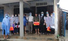 Đức TGM Giuse Nguyễn Chí Linh thăm các gia đình sau cơn bão số 5 (Conson)